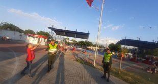 Policías ayudan a niños a elevar cometas de forma segura