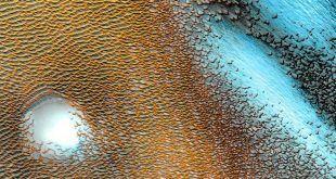 La NASA capta un panorama surrealista de dunas azules en el planeta rojo